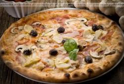 Pizza sródziemnomorska z pieczarkami i oliwkami