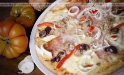 Pizza z cebulą i szynką