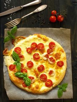 Pizza z mozzarellą i pomidorkami koktajlowymi