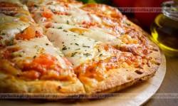 Pizza z parówkami i pomidorem