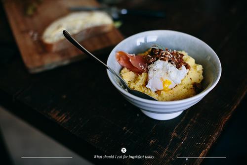Polenta z serem, jajkiem w koszulce, łososiem i pesto