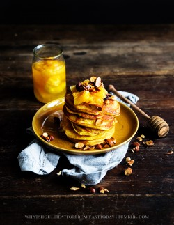 Pomarańczowe pancakes z prażonymi migdałami oraz karmelizowanymi pomarańczami