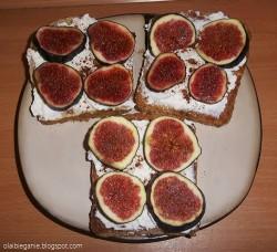 razowe tosty francuskie z ricottą, figami i cynamonem