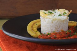 Ryż z sadzonym jajkiem, smażonym bananem i sosem pomidorowym