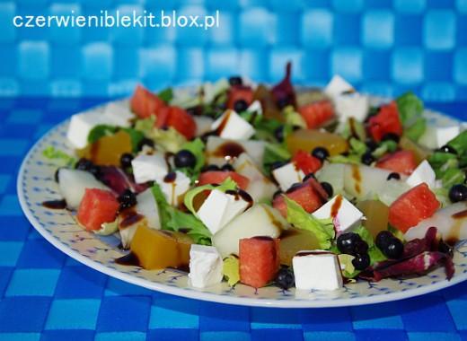 Sałata z arbuzem, melonem, jagodami, dynią i fetą