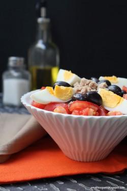 Sałatka pomidorowa z tuńczykiem, jajkiem i czarnymi oliwkami | Smak Hiszpanii i nie tylko…