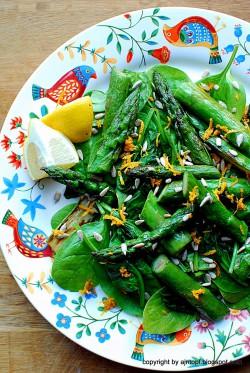 sałatka ze szpinaku i szparagów