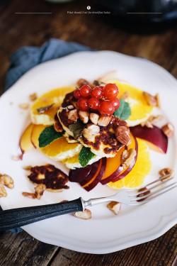 Smażony haloumi z sałatką owocową i orzechami
