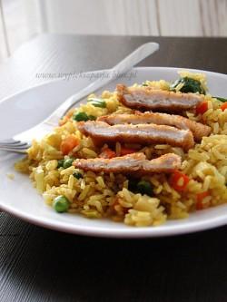 smażony ryż curry z wazrywami i kurczakiem
