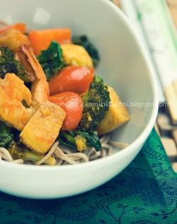 Soba z warzywami, tofu i krewetkami