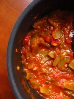 sos pomidorowy z cukinią i pęczakiem