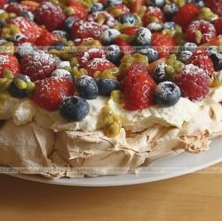 Tort bezowy z bitą śmietaną i malinami