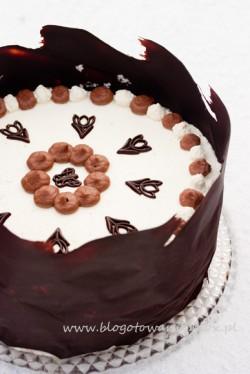 Tort wiśniowy w czekoladowym kokonie