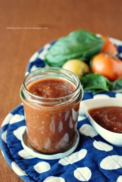 Uniwersalny sos pomidorowy z nutą mięty