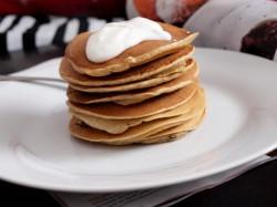 Waniliowo-jogurtowe pancakes pieczone z bananem