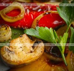Warzywa i pieczarki z grilla z oliwą i octem balsamicznym