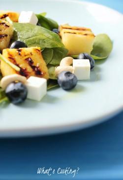 Wegetariańska sałatka z borówkami i grillowanym ananasem