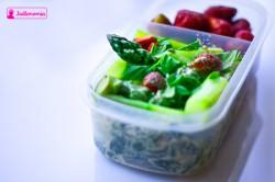 Zdrowe drugie śniadanie? Szparagi z fetą i truskawkami.