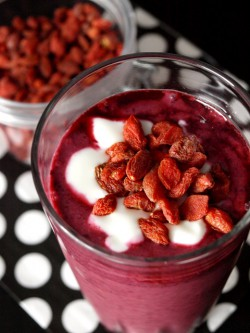 Zdrowe smoothie z lnem złocistym i owocami goji