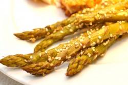 Zielone szparagi czosnkowo – sezamowe
