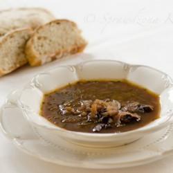 zupa z czerwonej czebuli i suszonych śliwek