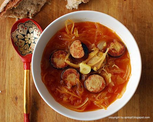 zupa z kiełbasą i kiszoną kapustą
