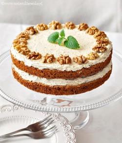 angielskie ciasto z orzechami i kawa