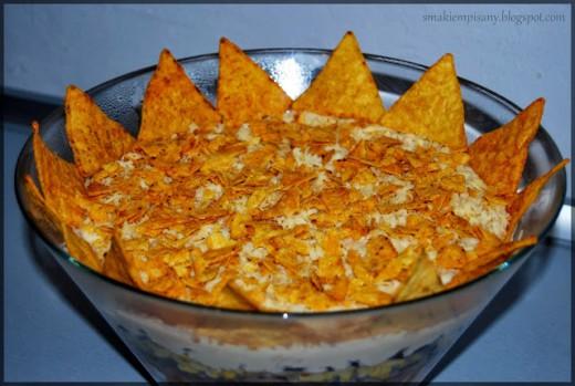 Warstwowa sałatka z mięsem i nachos