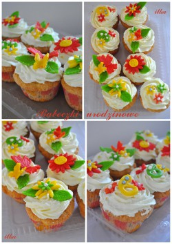 Babeczki urodzinowe z kwiatkami i motylkami