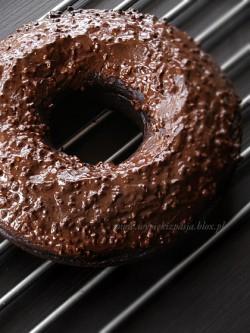 babka czekoladowa z polewą czekoladową z orzechami