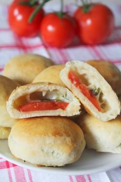 Bułeczki z pomidorem, mozzarellą i bazylią