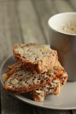 Chleb gryczany z gruszkami, orzechami i syropem klonowym