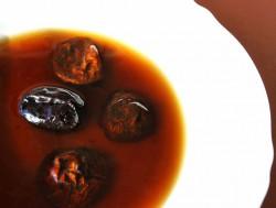 Czysta zupa grzybowa z wędzoną śliwką