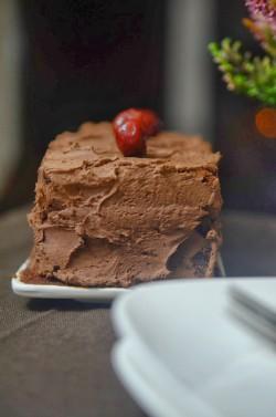 mega czekoladowe ciasto z kremem z gorzkiej czekolady i z wiśniami z nalewki