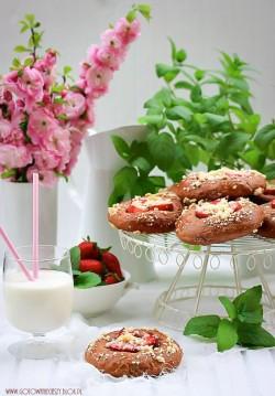 Czekoladowe drożdżówki z truskawkami i kruszonką