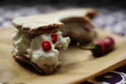 Domowy chrupki chleb szwedzki z domowym twarogiem i chilli