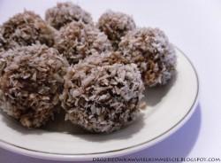 Owsiano-jęczmienne trufle z orzechami i wiórkami kokosowymi