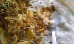 Twarogo-jogurt z bananem imbirem i ziarnami słonecznika –