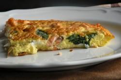omlet ze świeżym łososiem, szpinakiem i chrzanową ricottą