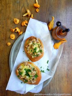 Grzanki z kurkami i wędzonym serem