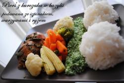 Pierś z kurczaka w bazylii podawana ze szpinakiem, warzywami i ryżem