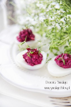 Jajka faszerowane pieczonymi burakami i serem kozim