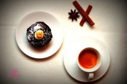 Czekoladowe muffiny z orzechami i piernikowym kremem
