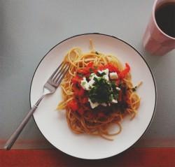 Razowe spaghetti z pieczonymi pomidorami, pieczoną papryką, oliwkami i serem feta