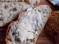 Szybki chleb drożdzowy z oliwkami bez wyrabiania