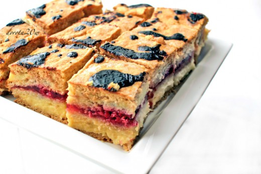 Miodowe ciasto z kremem budyniowym i malinami