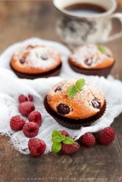 Muffiny z białą czekoladą i malinami