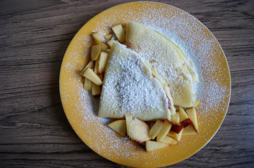 Naleśniki z dżemem, owocami i cukrem pudrem
