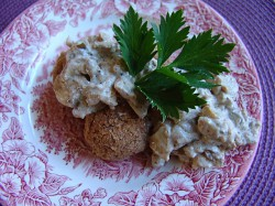 Klopsiki fasolowe z jogurtowym sosem grzybowym