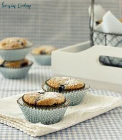 Owsiane muffinki z borówkami i orzechami włoskimi